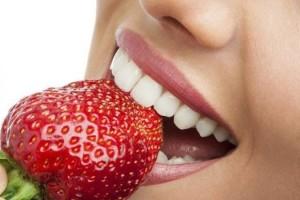 Надо ли отбеливать зубы с помощью химии